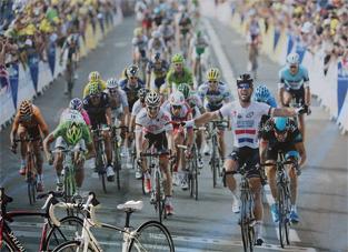 自転車レース。ゴールになだれ込む選手たち