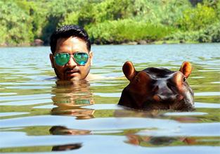 川面に浮かぶ、カバと男性