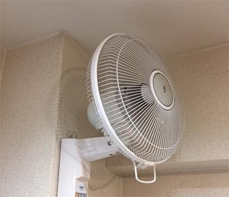 オフィスの気温を平準化し、冷暖房コストを低減する扇風機