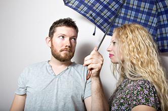 室内で傘をさしたら、「財産がなくなる」「背が伸びない」